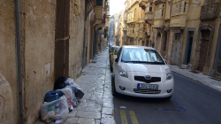 Odpad se na Maltě háže prostě rovnou na chodník a jednou za čas se odveze