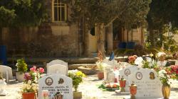 Hřbitov s motýlí ozdobou