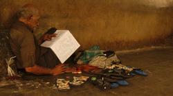 Seděl a něco studoval v přítmí / Sitted there and studied something in the dim light